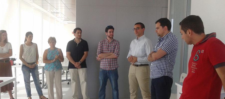 El asesor de negocio charla con los emprendedores de La Terminal